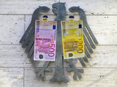 500-Euro und 200-Euro-Schein vor Bundesadler symbolisiert Corona-Hilfen
