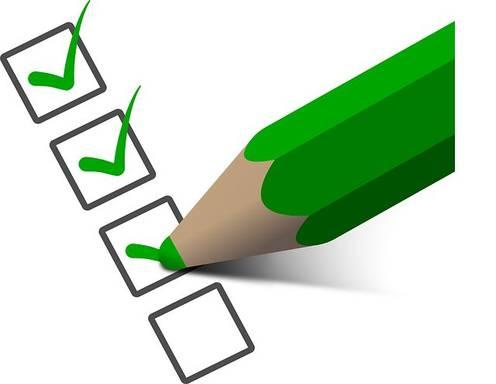 Checkliste wird mit grünen Haken versehen