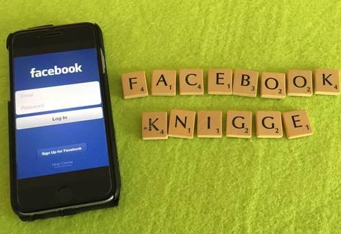 """Facebook_Knigge"" mit Smartphone"