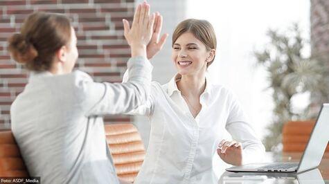 Zwei Frauen geben sich ein High-Five
