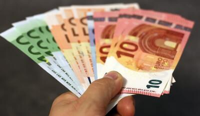 Geldscheine werden überreicht