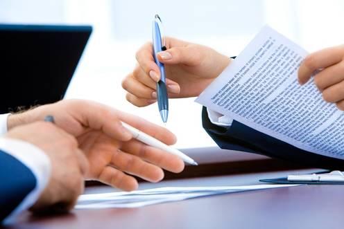 Vertrag wird von zwei Personen unterschrieben
