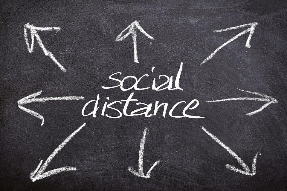 Aufschrift auf Tafel: Social distance