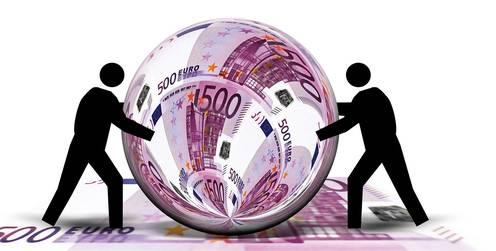 Geldscheine zu einer Weltkugel geformt wird von zwei Figuren bewegt