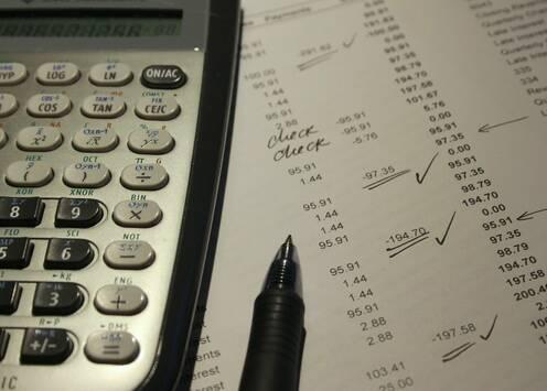 Taschenrechner und Tabellen zur Liquiditätsplanung