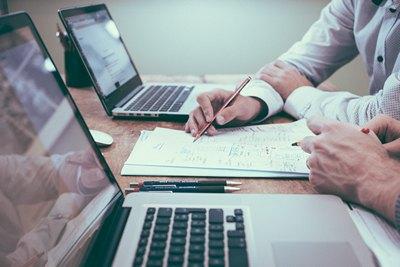 Zwei Personen arbeiten am Laptop
